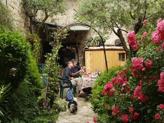 La Maison d'Aurette : petit-déjeuner dans le jardin