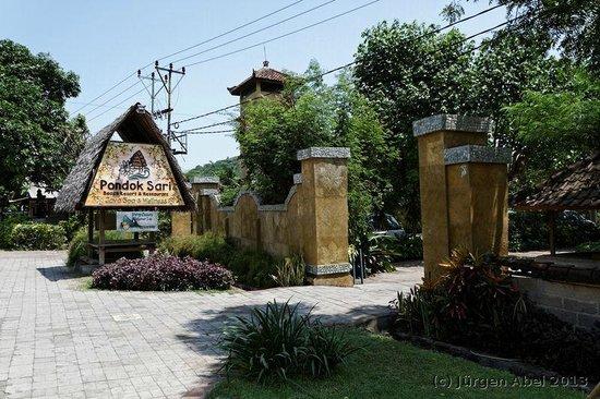 Pondok Sari Beach Bungalow Resort & Spa : Pondok Sari: Einfahrt