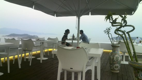 Seaview Restaurant: A couple next to us while enjoying the moment in Sea View