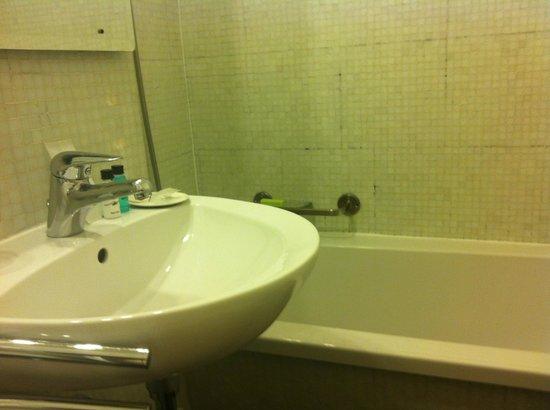 Astor Hotel & Serviced Apartments : bathroom