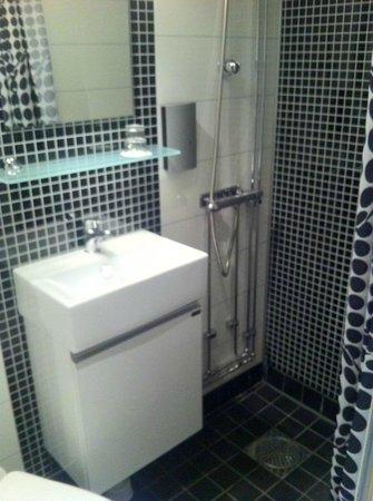 Malardrottningen Yacht Hotel and Restaurant: Renovated small bathroom