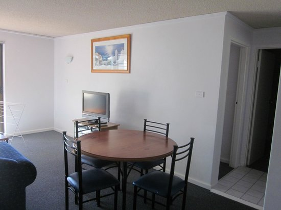 Oceanside Hawks Nest Motel: Dining area in a 2 Bed self contained apartment