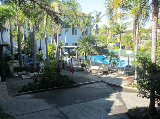 Oceanside Hawks Nest Motel: View of the pool area