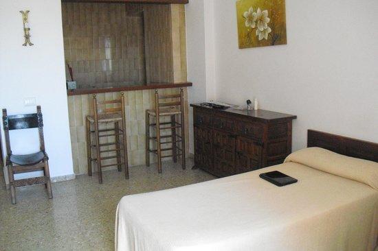 Apartamentos Mestret: Main room & kitchen