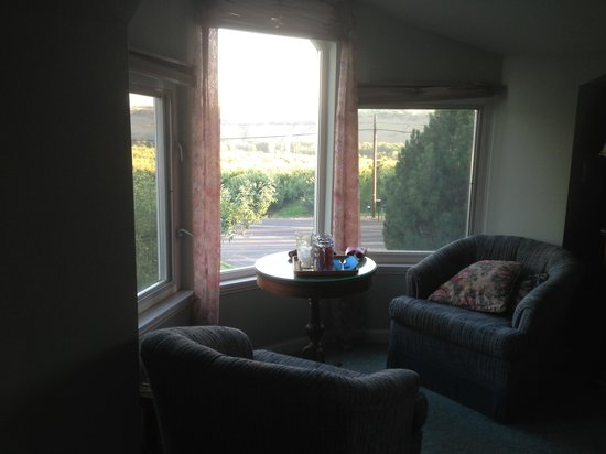 Apple Country Bed and Breakfast: Sitting area