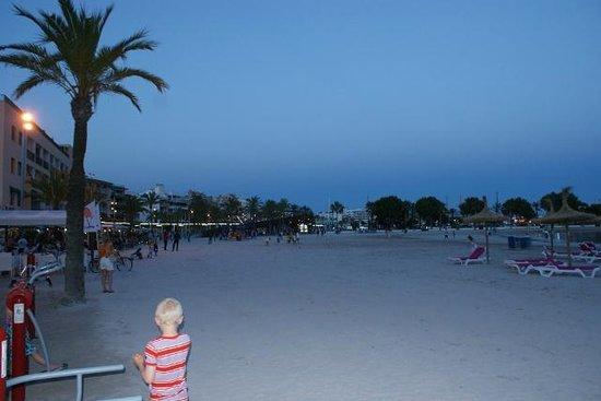 Bahia de Alcudia: Beach down the road