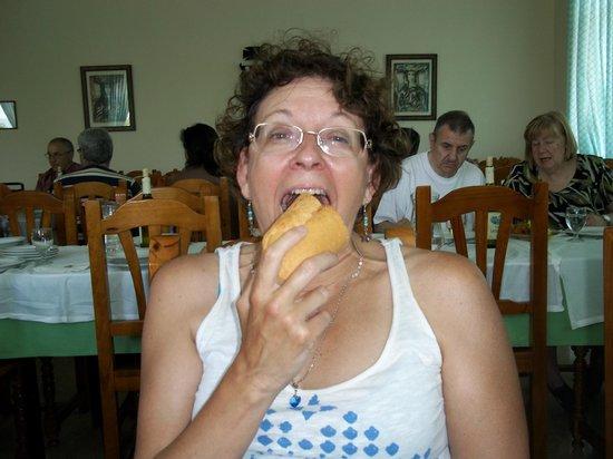 Hospederia Monasterio De Poio: había que comerse el pan y no era pan gallego, más bien malo, si no te lo comias te quedabas con