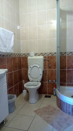 Split Apartments - Peric Hotel: Clean and convenient bathroom