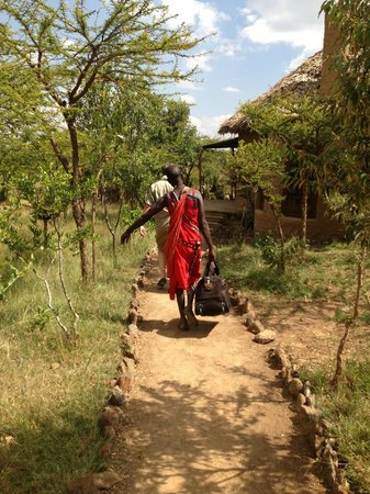 Kilima Camp : Masai man helping us with a luggage