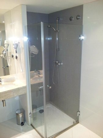 Luxe Hotel by Turim Hoteis: Walk-in shower
