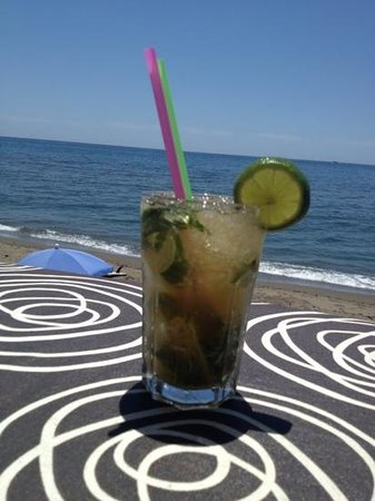 Victor's Beach Bar : The view from the bar seen through mojito's eyes