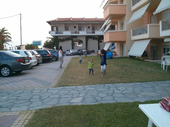 Hotel Stathis: View of the ground floor rooms