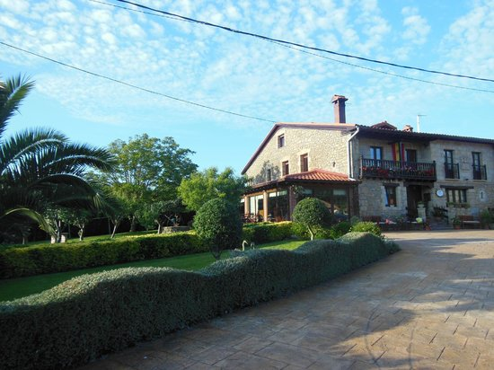 Posada Herran: l'hotel et le jardin vus du parking
