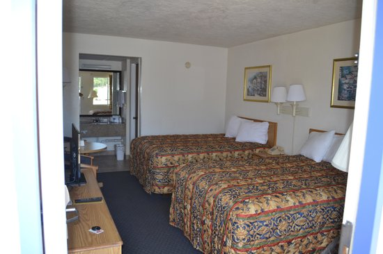 Americas Best Value Inn-Bradenton/Sarasota: Clean room on lower level