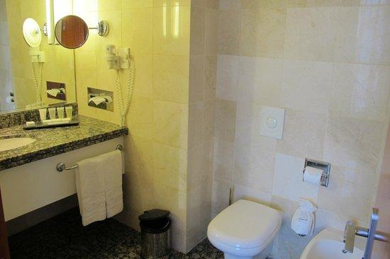 Kempinski Hotel Amman: Well appointed, spacious bathroom