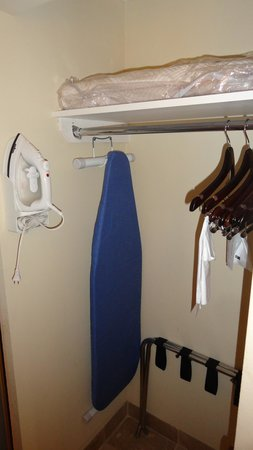 Hampton Inn Newport News-Yorktown: Closet