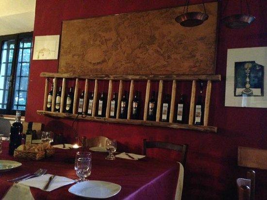 Trattoria Da Maria Moretti: Portabottiglie di vino
