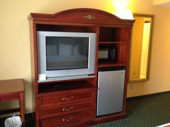 Fairfield Inn & Suites Waco North : tv and fridge