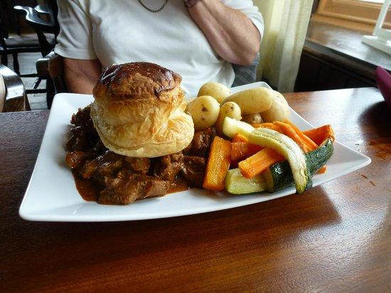 Albert Hotel : Angus Steak and Ale Pie main course
