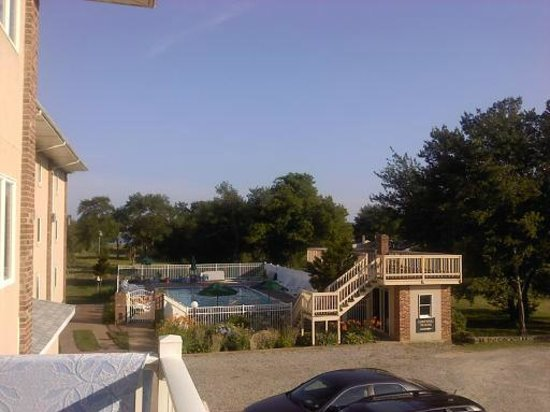 Winnapaug Inn: View of pool from balcony