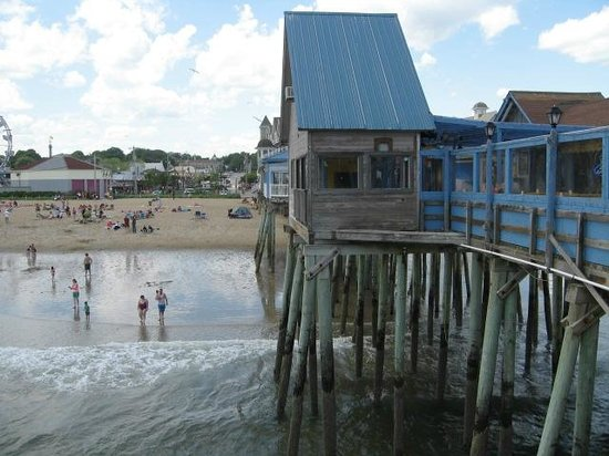 Old Orchard Beach Pier : View at pier end, back toward the beach