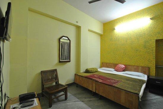 Hotel Satkar: deluxe a.c.