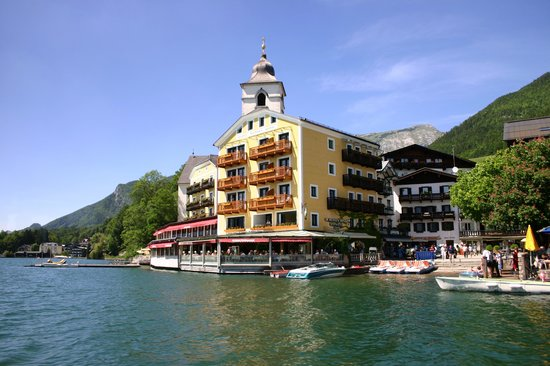 Romantikhotel Im Weissen Rössl: L'hôtel photographié depuis le bateau
