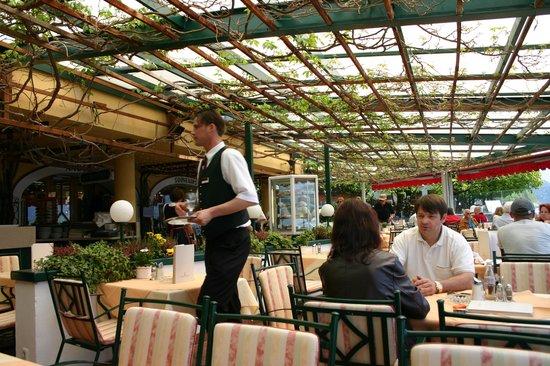 Romantikhotel Im Weissen Rössl: la terrasse ombragée à même le lac