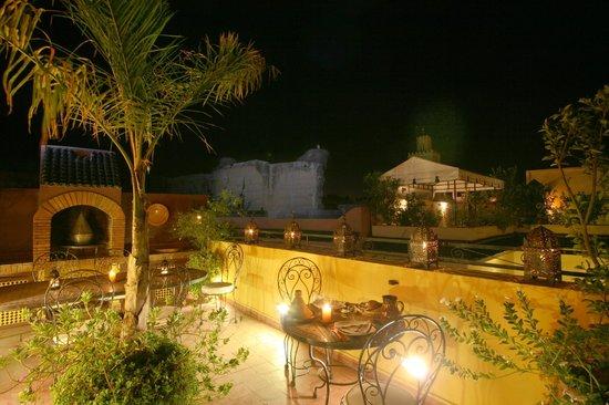 Riad Villa Harmonie: diners sur le toit terrasse...