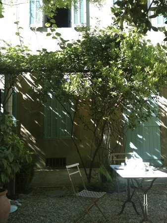 La Petite Nice : breakfast in the garden