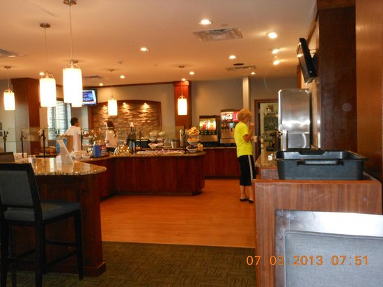 Staybridge Suites Stone Oak: Breakfast and social area Tues to Thurs