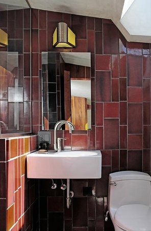 Hotel Lautner: Modern Bathroom in the Redwood Lounge Suite, Unit #4