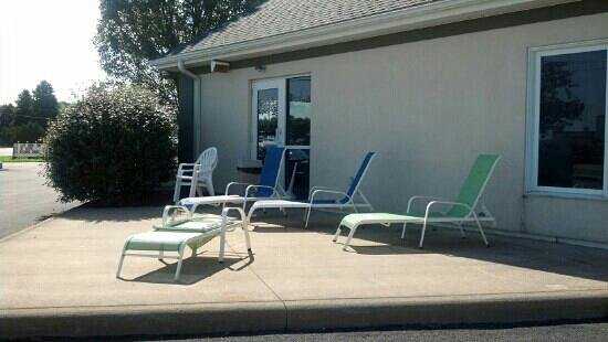 Commodore Perry Inn and Suites: chairs outside pool