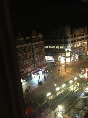 Radisson Blu Edwardian Berkshire : The view from my room 611 at night. You can see Bond Station on the bottom right.