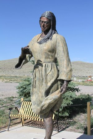 Fort Washakie, WY: Statue in center of cemetery