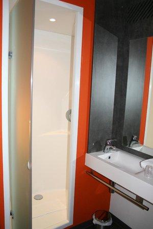 Ibis Budget Archamps Porte de Geneve: Shower to the left