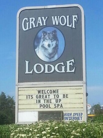 Gray Wolf Lodge: Road sign