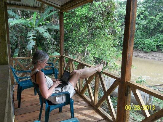 Shiripuno Amazon Lodge: un deck sobre el rio shiripuno