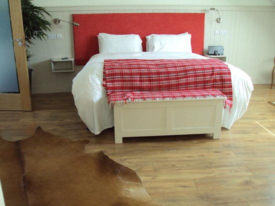 QC's Townhouse: Large comfortable Red Room