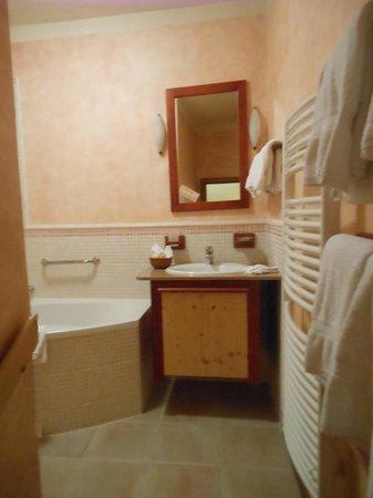 Castle View Apartments: 右手前の白い桟状のパイプが暖房で洗濯物をかけておくと一晩で乾きます。