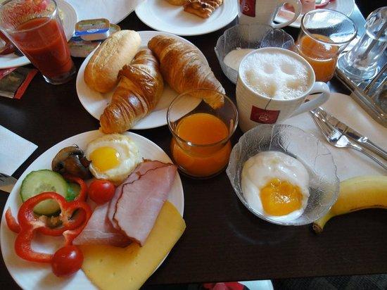 Castle View Apartments: グランドホテルの朝食