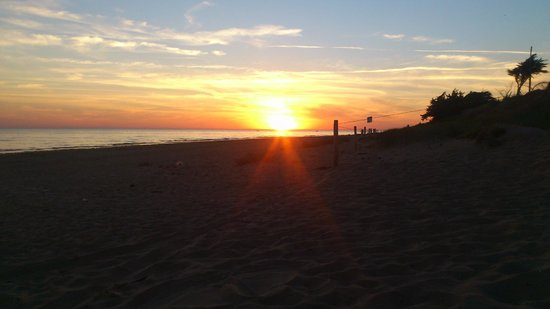 Camping La Forêt : Sunset at the Beach