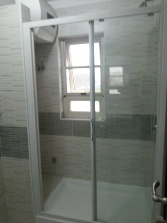 Cumberland Hotel: Shower area