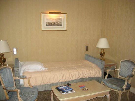 Rochester Champs-Elysees Hotel: обстановка в номере