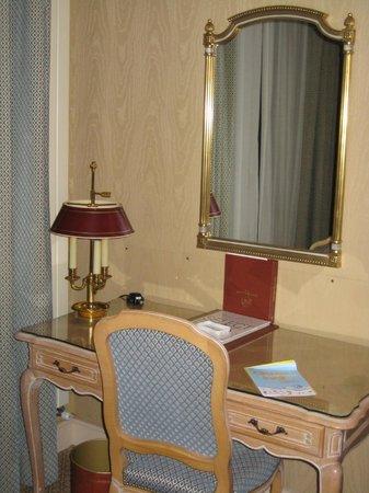 Hôtel Rochester Champs Elysées : обстановка в номере