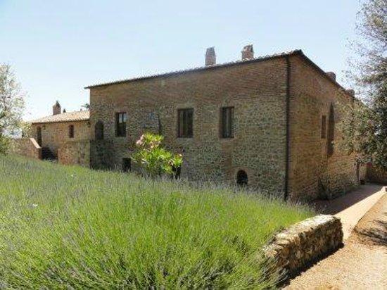 L'Antica Grancia di Quercecchio: View of the building from the driveway.