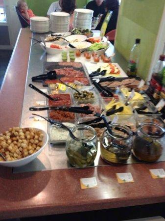 Campanile Chartres : Buffet d entrée un peu juste.... trop de condiments !!!!