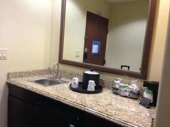 Hampton Inn & Suites Dallas-Arlington-South: View of the kitchenette (the door in the mirror is the entrance door)