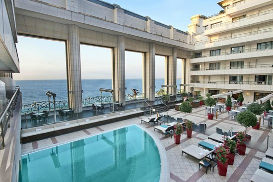 Hyatt Regency Nice Palais de la Mediterranee: Terrace with sea view and outdoor swimming pool