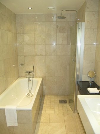 Elite Hotel Marina Tower: Bad mit Dusche und Badewanne